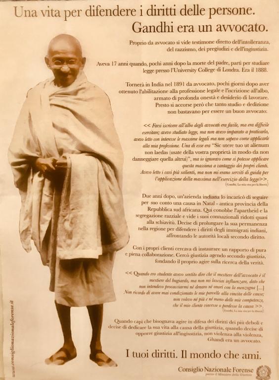 manifesto-Gandhi-era-un-avvocato.jpg